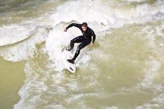 Surfingowiec surfuje przy Isar w ogromnym Obrazy Stock