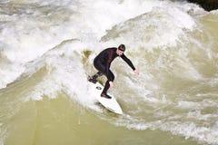 Surfingowiec surfuje przy Isar w ogromnym Obrazy Royalty Free