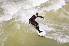 Surfingowiec surfuje przy Isar w ogromnym Zdjęcia Royalty Free