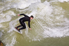 Surfingowiec surfuje przy Isar w ogromnym Zdjęcie Royalty Free