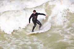 Surfingowiec surfuje przy Isar w ogromnym Zdjęcie Stock
