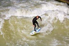 Surfingowiec surfuje przy Isar w ogromnym Obraz Stock
