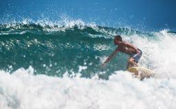 Surfingowiec w oceanie zdjęcia stock
