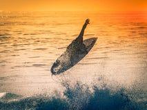 Surfingowiec w w połowie powietrzu Obrazy Stock