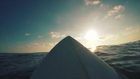 Surfingowiec wating fala w oceanie zbiory