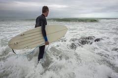 Surfingowiec wchodzić do ocean zdjęcie royalty free