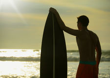 Surfingowiec z deską Fotografia Royalty Free