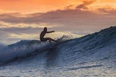 surfingowiec zadziwiająca fala Obrazy Royalty Free