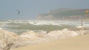 Surfingowowie i kitesurfers przy morzem zdjęcie wideo