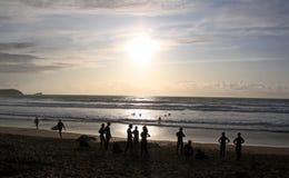 Surfingowowie i pływaczki na plaży Fotografia Royalty Free