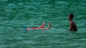 Surfingowowie na fala zbiory wideo