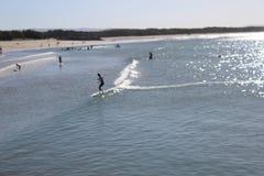Surfingowowie na oceanie przy Noosa zdjęcie royalty free