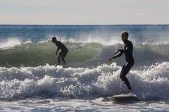 Surfingowowie na plaży Recco w genui Fotografia Stock