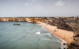 Surfingowowie na portuguese plaży blisko Sagres wioski Zdjęcie Royalty Free