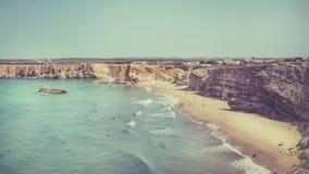 Surfingowowie na portuguese plaży blisko Sagres wioski Fotografia Stock