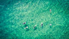 Surfingowowie odpoczywają na powierzchni oceanu widok z lotu ptaka Obrazy Stock