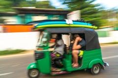 Surfingowowie podróżuje w Tuku Tuk, Mirrisa, Sri Lanka zdjęcie royalty free
