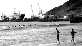 Surfingowowie przy Mindelo plażą Fotografia Royalty Free