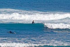Surfingowowie przy Playa Martianez, Puerto_de los angeles Cruz, Tenerife, Hiszpania Zdjęcia Stock