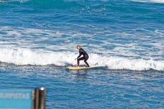 Surfingowowie przy Playa Martianez, Puerto_de los angeles Cruz, Tenerife, Hiszpania Obrazy Stock
