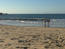 Surfingowowie przy zmierzchem obrazy royalty free