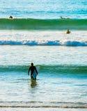 Surfingowowie w oceanie obrazy royalty free
