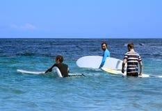 Surfingowowie w oceanie z kipieli deskami Zdjęcia Royalty Free