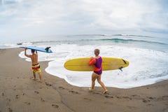 Surfingowowie z deską Fotografia Royalty Free