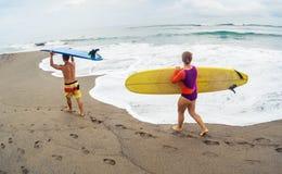 Surfingowowie z deską Zdjęcie Stock