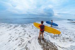 Surfingowowie z deską Zdjęcia Stock