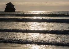 Surfingowowie zbliżają zmierzch Zdjęcia Stock