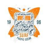 Surfingu autobusowy emblemat w retro stylu Obrazy Stock