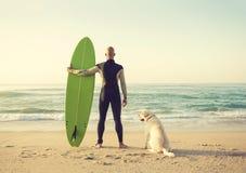 Surfist und sein Hund Stockfotos