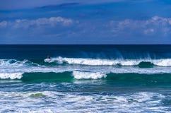 Surfista ad una spiaggia di miglio, Australia Fotografie Stock