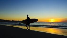 Surfista al tramonto, puntelli di La Jolla Immagini Stock