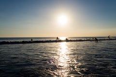 Surfista al tramonto in spiaggia di Kuta, Bali fotografia stock libera da diritti