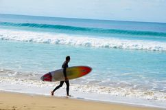 Surfista australiano alla spiaggia Fotografia Stock