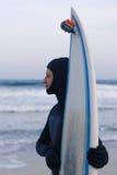 Surfista bagnato con il surf che sta sulla sabbia Immagine Stock Libera da Diritti