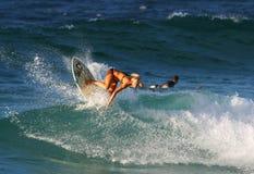 Surfista Bethany Hamilton che pratica il surfing in Hawai immagini stock libere da diritti