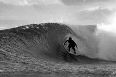 Surfista in bianco e nero che pratica il surfing il tubo Immagini Stock Libere da Diritti