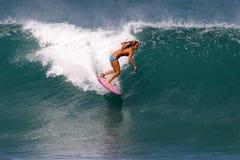 Surfista Cecilia Enriquez che pratica il surfing in Hawai Fotografia Stock