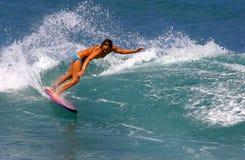 Surfista Cecilia Enriquez che pratica il surfing in Hawai Fotografie Stock Libere da Diritti
