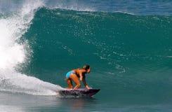 Surfista Cecilia Enriquez che pratica il surfing in Hawai Immagini Stock