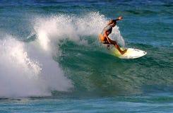 Surfista Cecilia Enriquez che pratica il surfing in Hawai Fotografia Stock Libera da Diritti