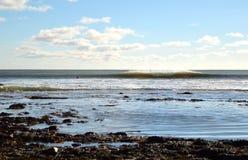 Surfista che aspetta nell'acqua che esamina una rottura destra e sinistra Immagine Stock