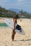 Surfista che aspetta sulla spiaggia Fotografia Stock Libera da Diritti