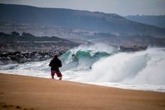 Surfista che cade dentro al cuneo leggendario in spiaggia di Newport Immagine Stock Libera da Diritti