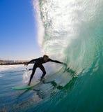 Surfista che Ducking nel tubo Fotografia Stock Libera da Diritti
