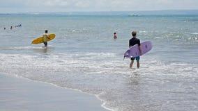 Surfista che entra in rallentatore di Bali dell'acqua stock footage