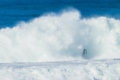 Surfista che esplode il pericolo di Wave immagine stock libera da diritti